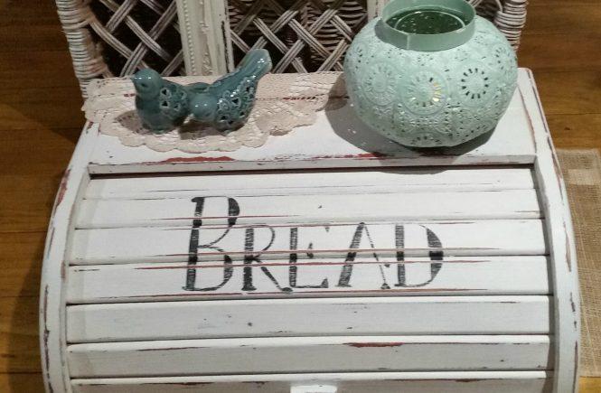 Have an old bread box? Sharing a fun DIY Farmhouse Bread Box Makeover | www.raggedy-bits.com