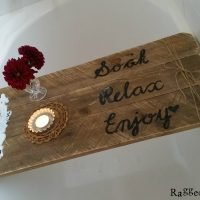 Using an old pallet you can make your very own DIY Rustic Pallet Bath Caddy. Full tutorial | www.raggedy-bits.com