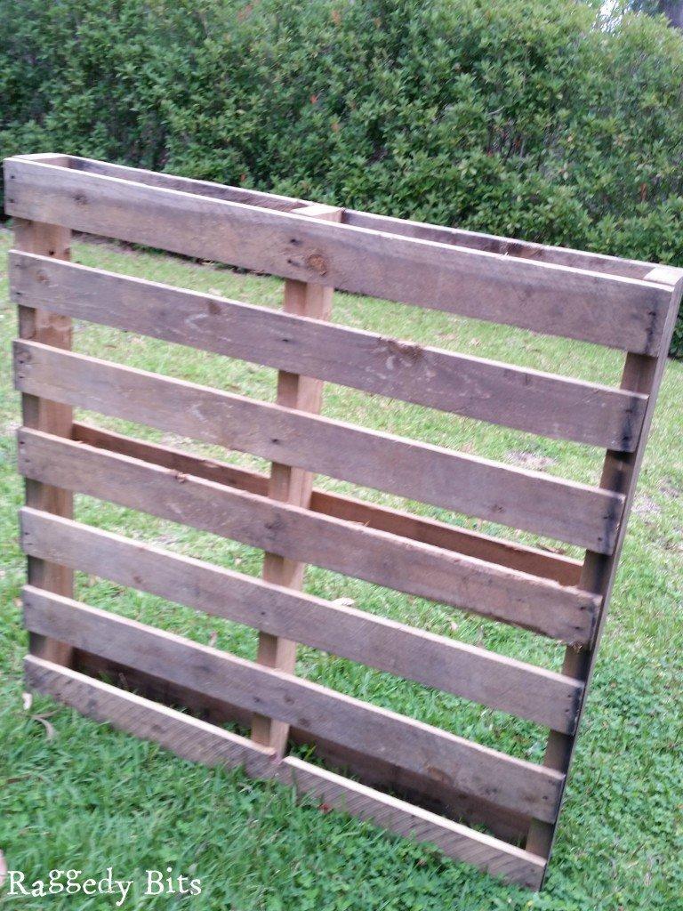 DIY Rustic Pallet Bath Caddy | www.raggedy-bits.com