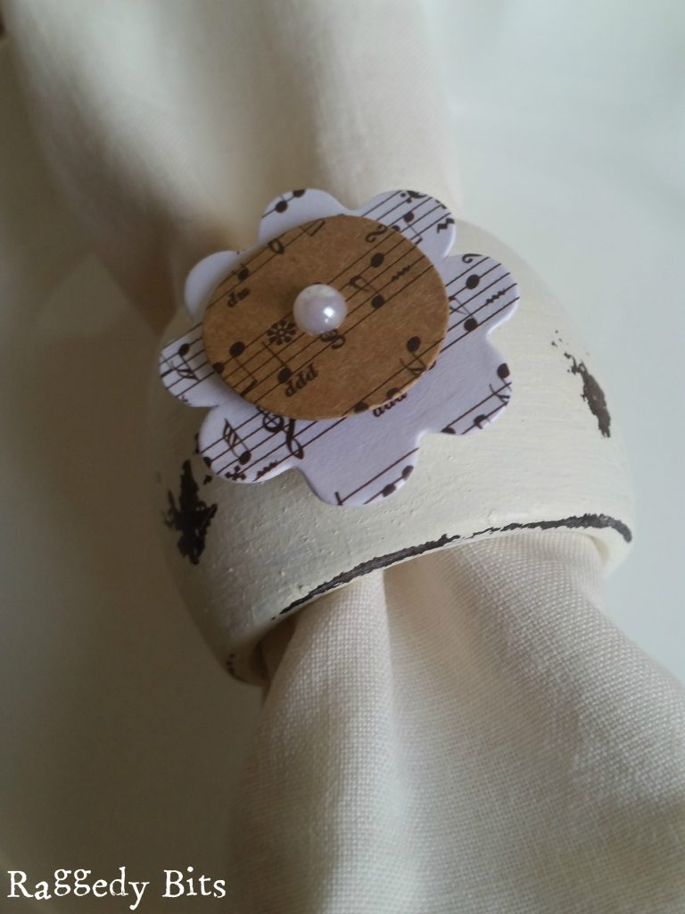 A super quick idea to give some Thrift Store Napkin Rings a nice fresh look, using chalkpaint and scrapbook embellishments | www.raggedy-bits.com