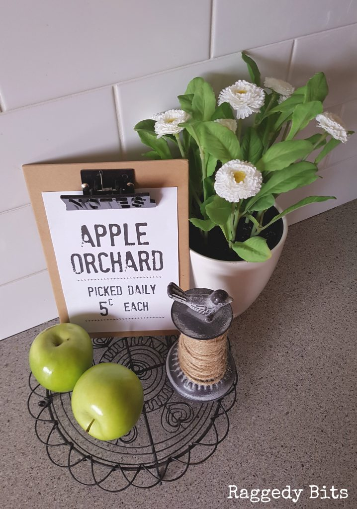 Fun Free Farmhouse Apple Orchard Printable to decorate your home with. Download your's now | www.raggedy-bits.com