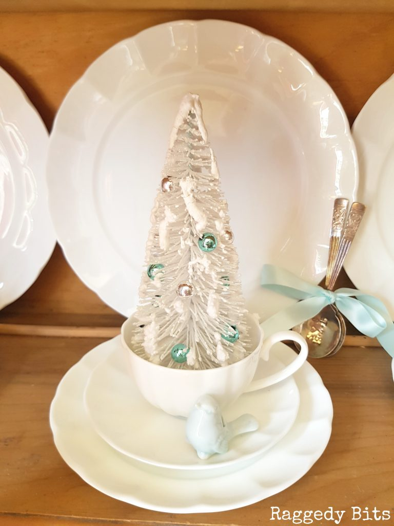 Super excited to be sharing my very first Christmas in the Blue Mountains Home Tour and spreading some Christmas sprinkles and holiday cheer | www.raggedy-bits.com