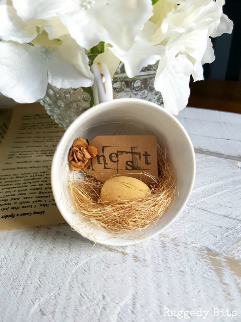 5 Fun Gift Ideas for Easter or Spring to give to your family friends. Fabulous DIY hostess gift ideas sure to bring a smile and add some farmhouse charm | www.raggedy-bits.com