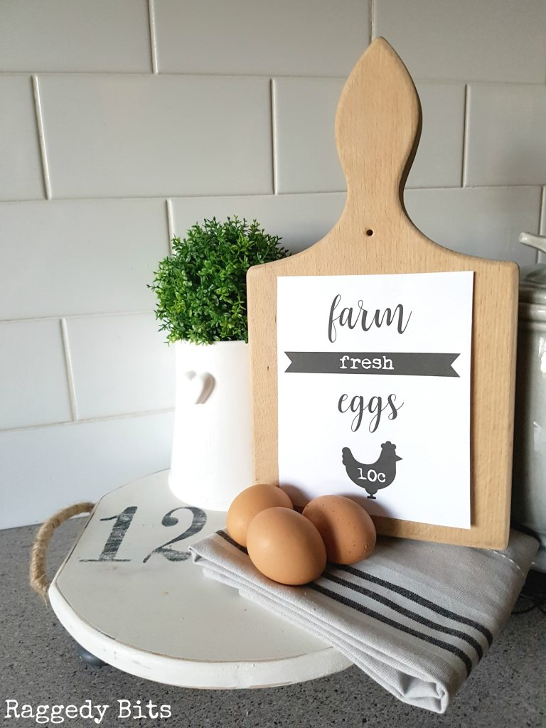 Make this super easy Farmhouse Chopping Board Sign with a thrifted chopping board and my FREE Farm Fresh Eggs Printable. Affordable farmhouse decorating that can also be used in a frame or a clip board | www.raggedy-bits.com