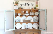 How to make a super easy Vignette using a Farmhouse Window Gather Sign for Fall or any other season | www.raggedy-bits.com