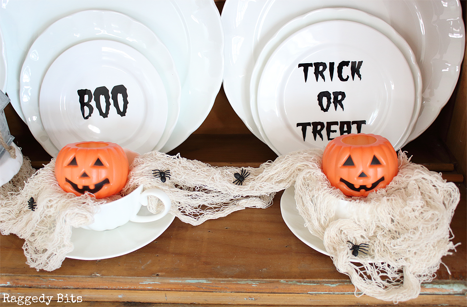 With Halloween just around the corner sharing some easy Simple Spooky Halloween Thrifted Plate Decorations | www.raggedy-bits.com