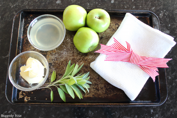 With Christmas not to far away I'm sharing this delicious Homemade Rustic Apple Sauce for you to share with your family and friends. Also a perfect side for Thanksgiving | Printable Recipe | www.raggedy-bits.com