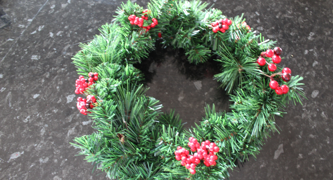 Day 9 of our 12 Days of Christmas Blog Hop is all about wreaths. Sharing a simple 5 Minute Vintage Truck Wreath for you to make in an afternoon   www.raggedy-bits.com #12DaysofChristmas #raggedybits #wreath #vintage #farmhouse DIY #easy