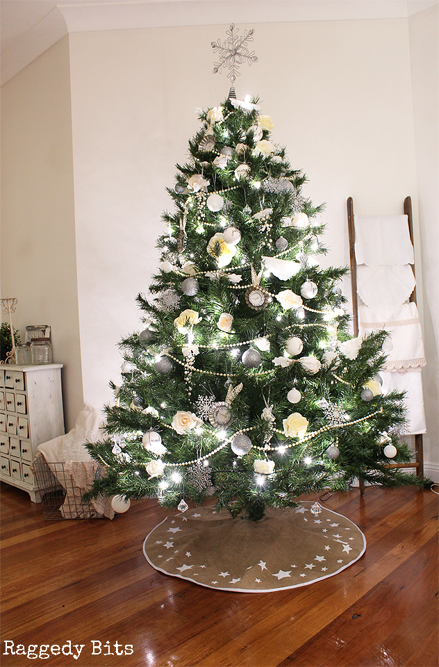 Welcome to the Christmas Tree Blog hop where 40 clever bloggers have joined together to share their Christmas Trees. Sharing our Vintage Farmhouse Christmas Tree | www.raggedy-bits.com #christmas #tree #decorating #ideas #farmhouse #vintage