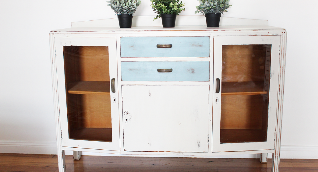 Sharing how to paint a Farmhouse Sideboard using Fusion Mineral Paint, Champlain and Heirloom colours and get a nice distressed look | www.raggedy-bits.com | #fusionmineralpaint #champlain #heirloom #diy #paintedfurniture #raggedybits