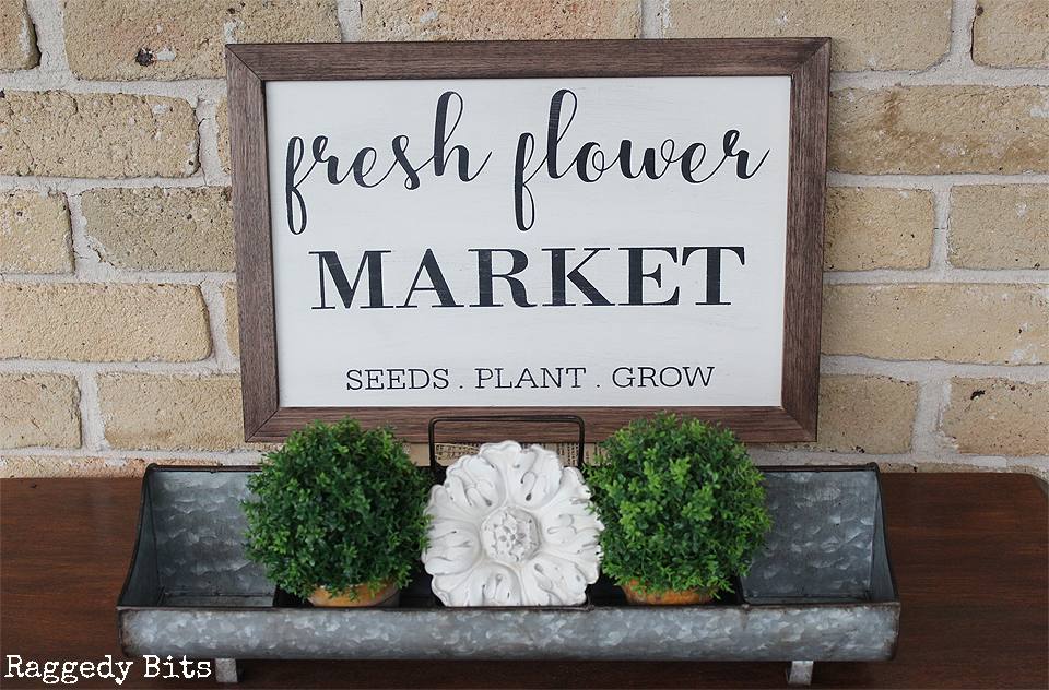Who doesn't love fresh flowers? Sharing how to make your very own Fresh Flower Market Sign | www.raggedy-bits.com | #freshflowers #DIY #sign #farmhouse #freshflowers #raggedybits