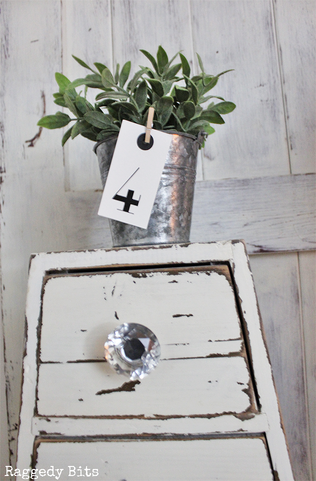 Find old pieces and new pieces of galvanized goodies is such a fun way to add some farmhouse touches to your home | www.raggedy-bits.com | #farmhouse #galvanized #decorating #raggedybits #old #wares #vintage