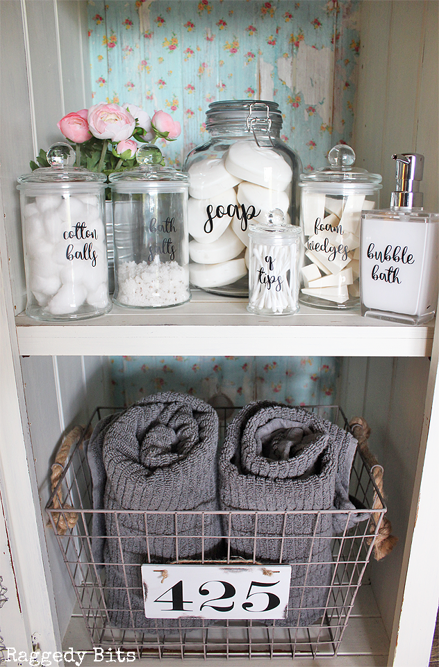 Need some organisation in your bathroom like me? Sharing a fun way to get the ball moving with how to organise your bathroom with Farmhouse Labels | www.raggedy-bits.com | #bathroom #labels #farmhouse #organise #raggedybits #decorate #DIY