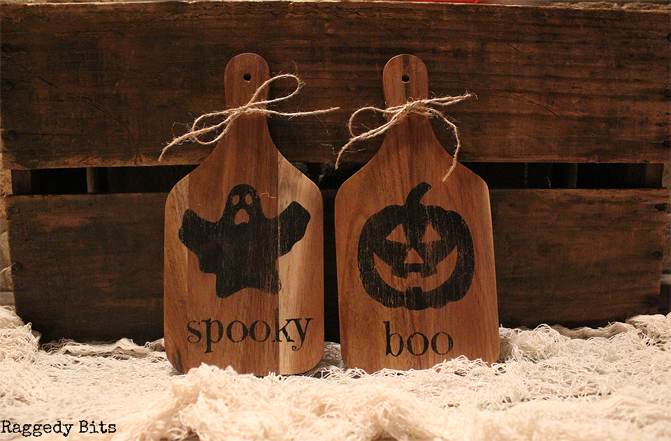 Day 3 of the Halloween 5 Day Decorating Challenge. Sharing how to make some Halloween Pumpkin Spider Ghost Raven Paddles to decorate with this Halloween | www.raggedy-bits.com | #raggedybits #halloween #paddles #pumpkin #ghost #raven #spider #DIY #decorate