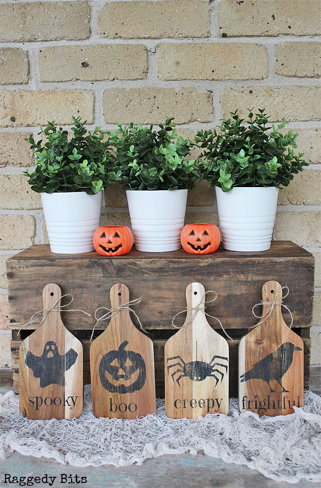 Day 3 of the Halloween 5 Day Decorating Challenge. Sharing how to make some Halloween Pumpkin Spider Ghost Raven Paddles to decorate with this Halloween   www.raggedy-bits.com   #raggedybits #halloween #paddles #pumpkin #ghost #raven #spider #DIY #decorate
