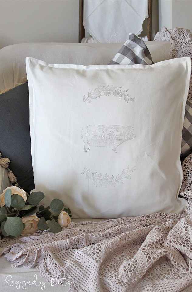 Come along and learn how to transform plain cushion covers into something fun by using IOD Decor Stamps | Farmhouse Animal Stamped Cushion Workshops | www.raggedy-bits.com | #raggedybits #DIY #workshop #IOD #Farmhouse #Animal #cushion #homedeor