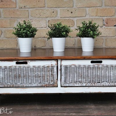 Farmhouse 2 Drawer Coffee Table | www.raggedy-bits.com | #raggedybits #paintedfurniture #homedecor #DIY #upcycle