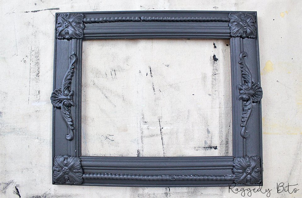 Sharing a fun way to jazz up an old photo frame using decor moulds | How to Paint A Faux French Iron Frame Using Decor Moulds and some Fusion Mineral Paint | www.raggedy-bits.com | #raggedybits #IOD #DecorMoulds #FusionMineralPaint #vintage #farmhouse #homedecor #DIY