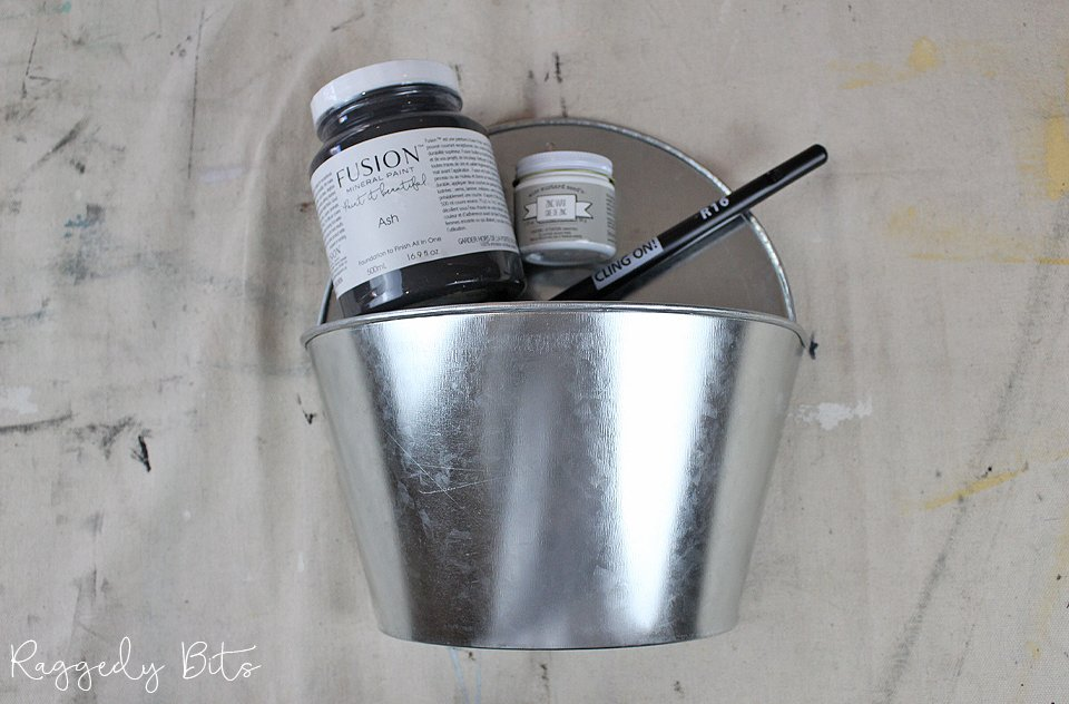 Sometimes when you buy galvanized decor for your home it can be to bright and sparkly. Sharing a fun way on how to Paint A Vintage Farmhouse Planter to give it an aged look | #raggedybits #diy #homedecor #galvanized #fusionmineralpaint #missmustardseedmilkpaint #farmhouse #vintage