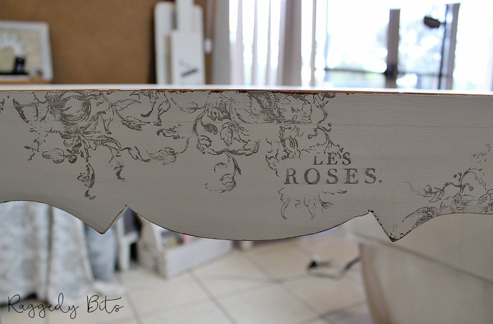 Taking an old hall table and some Fusion Mineral Paint along with some IOD Decor Stamps sharing how to Paint And Stamp A Vintage Farmhouse Hall Table | www.raggedy-bits.com | #raggedybits #DIY #paint #fuisionmineralpaint #IOD #furniture #champlain #heirloom