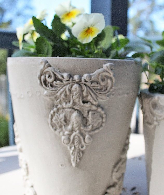 Have some old garden pots hanging around? Here is a fun way on how to update farmhouse garden pots using decor moulds | www.raggedy-bits.con | #raggedybits #diy #decormoulds #garden #decor #fusionmineralpaint #IODDecorMoulds