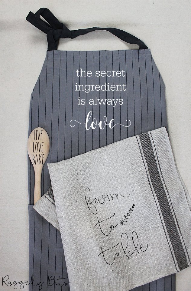 Come along and learn how to stencil a fun collection of kitchen items including an apron, wooden spoon and a tea towel using stencils and Fusion Mineral Paint | DIY Kitchen Bundle Workshop | www.raggedy-bits.com | #raggedybits #DIY #workshop #kitchen #Farmhouse #stencil #fusionmineralpaint #homedecor