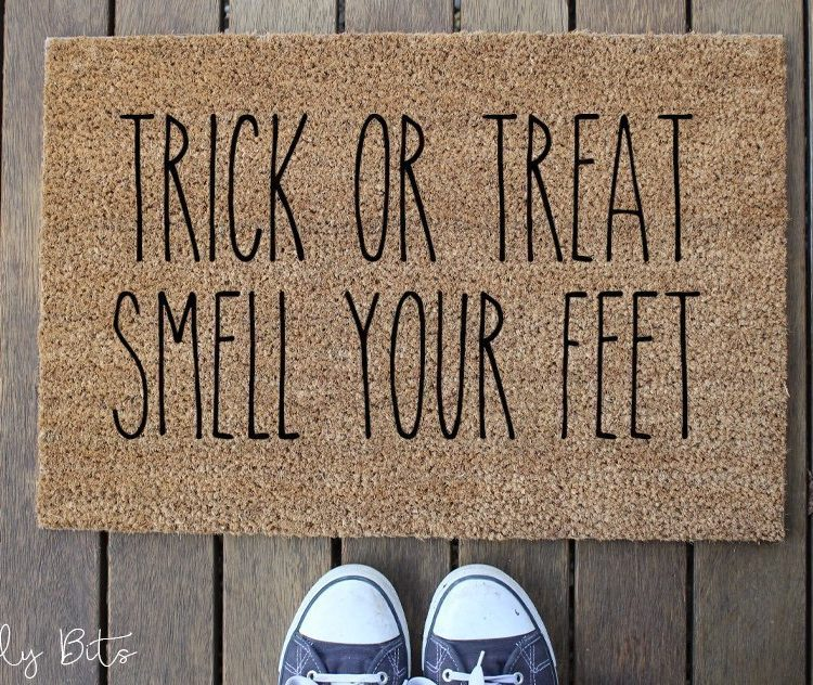 Come along and learn how to stencil a door mat to give a spooky welcome to your family and friends this Halloween using Fusion Mineral Paint and a choice of a fun stencil | DIY Halloween Door Mat Workshop | www.raggedy-bits.com | #raggedybits #DIY #workshop #doormat #Farmhouse #stencil #fusionmineralpaint #homedecor #Halloween