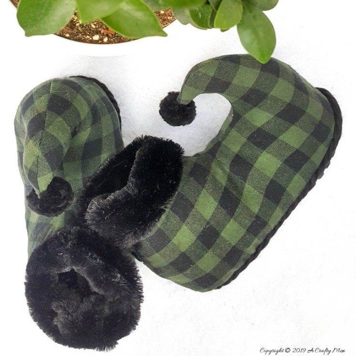 Flip Flop Flannel Elf Slippers which is part of this months Int'l Bloggers Club Projects by A Crafty Mix | www.raggedy-bits.com
