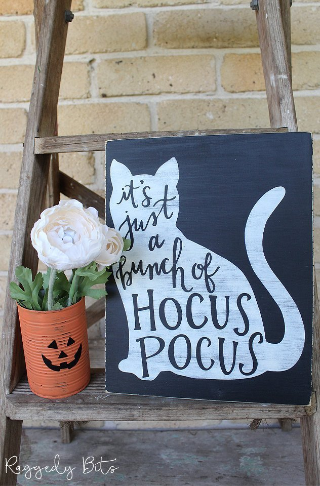 Have fun decorating with this Halloween Hocus Pocus Sign painted in Fusion Mineral Paint | www.raggedy-bits.com | #raggedybits #halloween #sign #decorate #hocuspocus