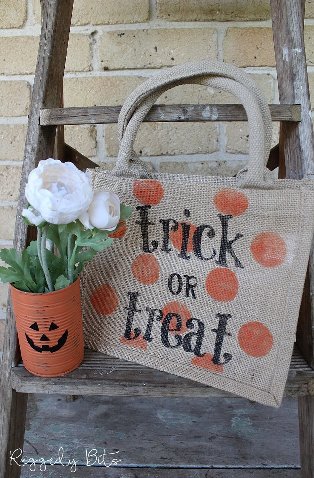 Be the envy of all trick or treaters with this cute Halloween Jute Trick Or Treat Bag | www.raggedy-bits.com | #raggedybits #halloween #trickortreat #bag #treat