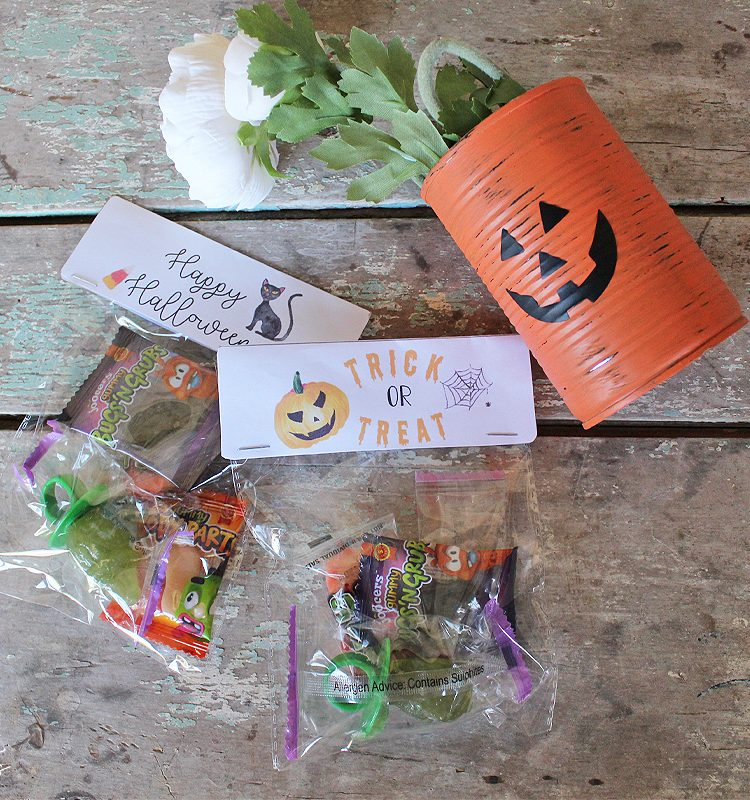 With Halloween not to far around he corner it's time to start thinking about treat bags. Sharing an easy way to make some fun Halloween Bag Toppers | www.raggedy-bits.com | #raggedybits #DIY #halloween #treatbags #trickortreat