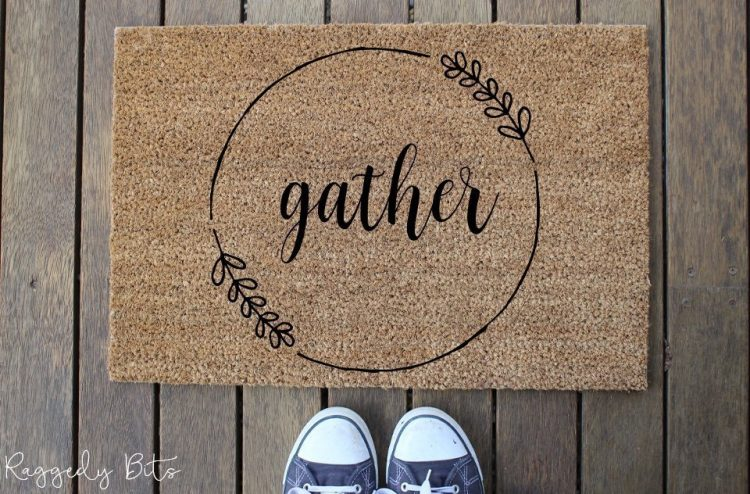 Welcome your family and friends with these fun Farmhouse Door Mat | www.raggedy-bits.com | #raggedybits #DIY #homedecor #doormat #Farmhouse #stencil #fusionmineralpaint #homedecor