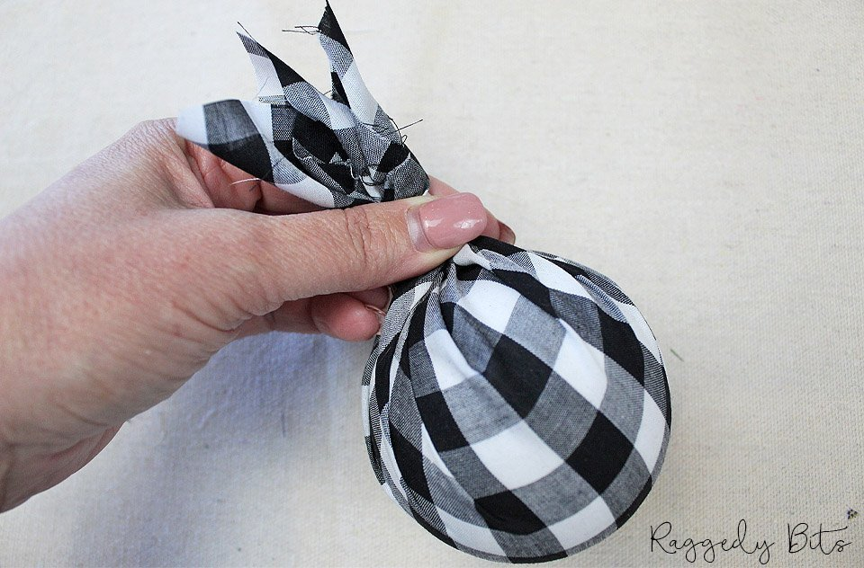 For this years Ornament Exchange I'm sharing How to Make Buffalo Check Farmhouse Christmas Ornaments | www.raggedy-bits.com | #raggedybits #DIY #christmas #ornament #buffalocheck #farmhouse