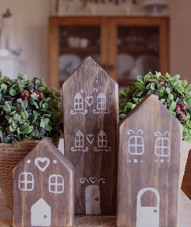 A cheery way to add some Christmas sparkle to your decorating this year with this set of 3 Rustic Christmas Gingerbread Houses | www.raggedy-bits.com | #raggedybits #decorate #rustic #farmhouse #christmas #gingerbreadhouse #gingerbread