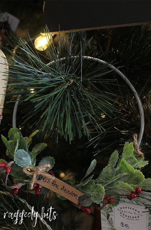 Have fun decorating this Christmas with these Vintage Farmhouse Tis The Season Christmas Wreath | www.raggedy-bits.com | #raggedybits #wreath #vintage #farmhouse #christmas