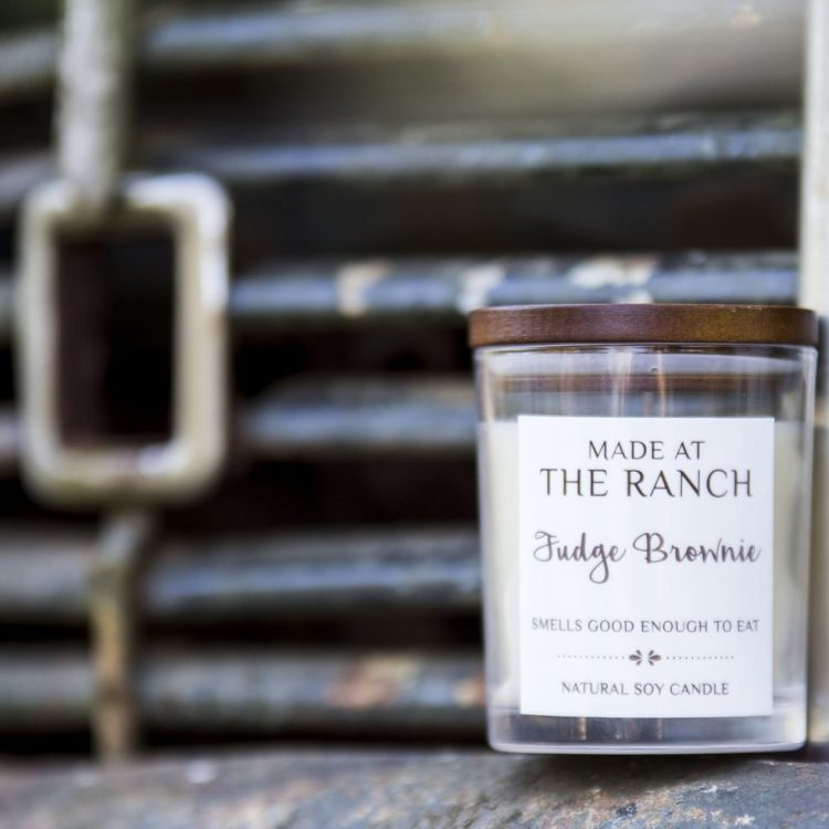 Get your senses going with this delicious Fudge Brownie Candle | www.raggedy-bits.com | #raggedybits #soycandles #homedecor #vintage #farmhouse