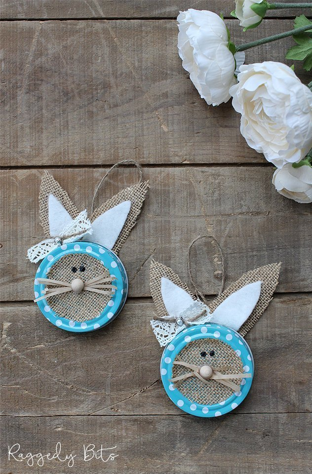 Sharing a fun easy Easter Craft to make using mason jar lids, burlap and felt | How To Make A Farmhouse Mason Jar Lid Bunny | www.raggedy-bits.com | #raggedybits #easter #bunny #masonjar #lids #diy #craft #repurpose #upcycle