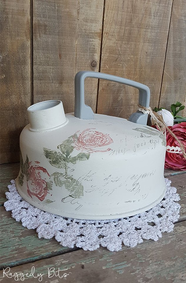 Sharing a fun way to upcycle and old farmhouse kettle using decor stamps and Fusion Mineral Paint | www.raggedy-bits.com | #raggedybits #diy #upcycle #kettle #paint #farmhouse #stamping #iod #fusionmineralpaint