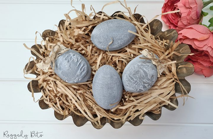Taking some $2 shop Easter eggs and some Dixie Belle Chalk Mineral Paint I'm sharing how to make Faux Vintage Farmhouse Concrete Eggs to decorate with | www.raggedy-bits.com | #raggedybits #DIY #concrete #eggs #Spring #easter #dixiebellechalkmineralpaint #sweetpickinsmilkpaint #vintage #farmhouse #upcycle