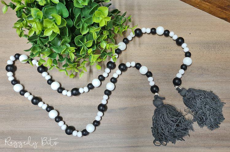 Farmhouse Black & White Wooden Bead Garland | www.raggedy-bits.com | #raggedybits #garland #rustic #beads #homedecor #farmhouse