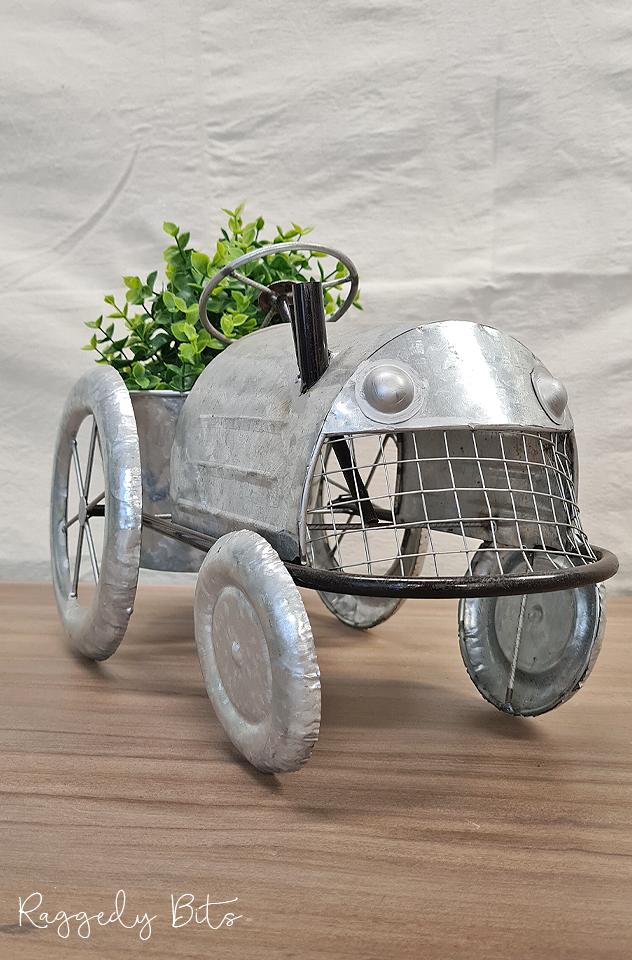 Farmhouse Galvanised Tractor Planter | www.raggedy-bits.com | #raggedybits #planter #rustic #tractor #galvanised #homedecor #farmhouse