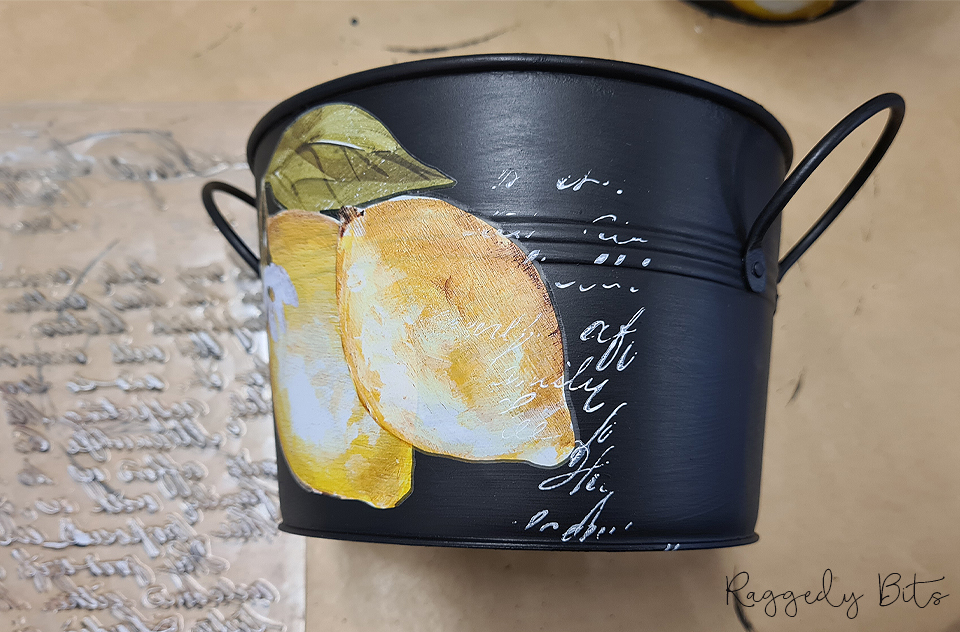 Sharing a super fun way to upcycle some thrifted galvanised buckets using decor transfers and paint | How To Paint A Vintage Farmhouse Galvanised Bucket | www.raggedy-bits.com | #raggedybits #diy #upcycle #repurpose #vintage #farmhouse #ganvanised #bucket #fusionmineralpaint #IOD