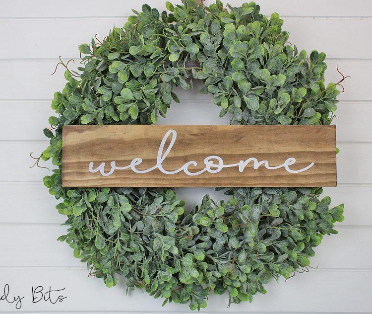 Farmhouse Welcome Wreath | www.raggedy-bits.com | #raggedybits #decorate #farmhouse #wreath